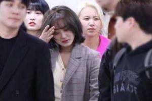 Trưởng nhóm TWICE khóc tại sân bay khi bị hỏi về scandal của Seungri