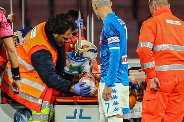 Chủ quan sau chấn thương, Ospina bất ngờ ngất xỉu trên sân