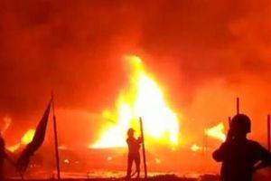 Kho vải chìm trong 'biển lửa' đỏ rực, dân tháo chạy thục mạng trong đêm