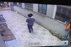 Thông tin bất ngờ về người đàn ông vào nhà bế bé gái 3 tuổi