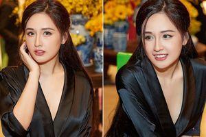 Hoa hậu Mai Phương Thúy mặc váy lụa đen khoe đường cong quyến rũ
