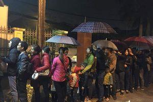 3 giờ sáng dân Bắc Ninh xếp hàng trong mưa rét chờ xét nghiệm sán lợn