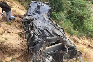 Ô tô con bị bóp vụn sau khi rơi xuống vực sâu