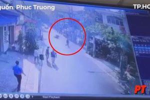 Người đàn ông tung cước hạ gục tên cướp lao như 'tên lửa' trên đường