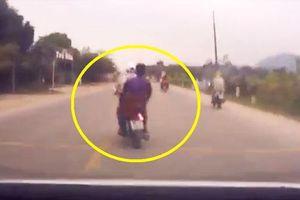 CLIP: Phóng xe máy lạng lách, 2 thanh niên gặp tai nạn thảm khốc