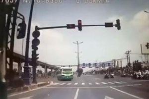 CLIP: Đánh lái tránh xe buýt vượt đèn đỏ, xe tải suýt gây tai nạn kinh hoàng