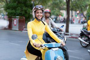 Bất ngờ với hình ảnh Hoa hậu H'Hen Niê mặc áo dài đi xe máy