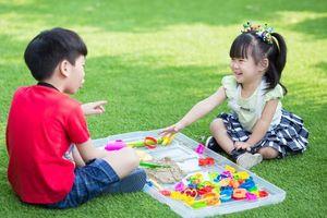 Cách ứng xử thông minh của cha mẹ trong gia đình có hai con