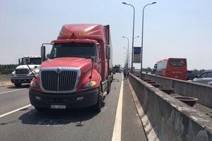 Xe tải đâm đuôi container trên cao tốc khiến tài xế và phụ xe tử vong, 1 người khác bị thương nặng