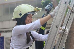 Hàng trăm nữ sinh Sài Gòn mặc áo dài leo thang… học các kĩ năng về phòng cháy chữa cháy