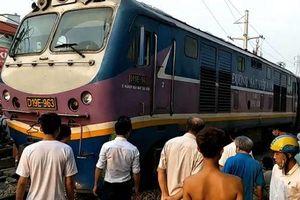 Giải cứu thành công người đàn ông bị tàu lửa kéo lê, mắc kẹt dưới gầm tàu ở Sài Gòn