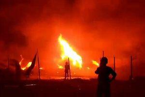 Lửa ngùn ngụt bao trùm nhà xưởng 1.000 mét vuông, cháy lan 13 căn nhà