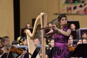 Adriana Ferreira biểu diễn sáo Flute bằng vàng trên sân khấu Việt
