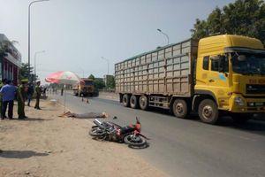Tăng tốc vượt xe tải phía trước, xe tải chở dăm tông chết người đi xe máy