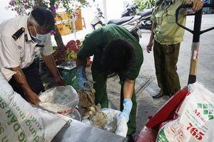 TP.HCM: Phát hiện 245kg lòng bò bốc mùi giữa khoang hành lý xe khách