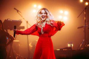 Rita Ora diện thiết kế của Công Trí trên sân khấu tour Pheonix