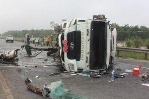 Quảng Trị: Tông vào dải phân cách, tài xế xe đông lạnh may mắn thoát chết