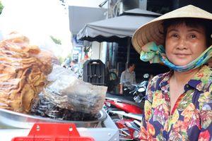 Bà mẹ bán gỏi khô bò công viên Lê Văn Tám: Tằn tiện từng đồng nuôi con du học Mỹ