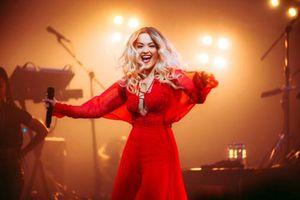Ca sĩ Rita Ora 'đốt cháy' sân khấu với trang phục của NTK Công Trí