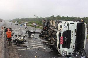 Xe tải đâm nát dải phân cách, tài xế và phụ xe bị thương