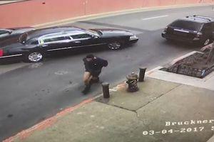 Tên cướp té ngã vì bị tụt quần khi đang chạy trốn cảnh sát