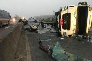 Quảng Trị: Đâm vào dải phân cách, xe tải lật ngang trên Quốc lộ 1