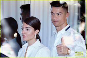 C.Ronaldo điển trai, diện đồ đôi với bạn gái 'chân dài' tại sự kiện