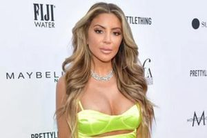 Bạn Kim Kardashian khoe vòng thân hình bốc lửa