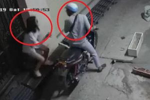 Clip: Cô gái phản xạ nhanh như cắt khiến tên cướp ra về trắng tay