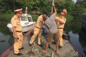 Bắt quả tang tàu hút cát trộm trên sông Hương