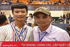 Cậu học trò mồ côi Hà Tĩnh giành 2 huy chương vàng bơi lội