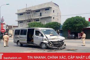 Xe khách chở 15 người đâm ngang xe tải đang qua đường