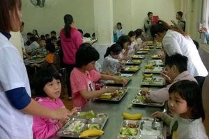 Cha mẹ bất an với suất ăn chế biến sẵn ở trường của con