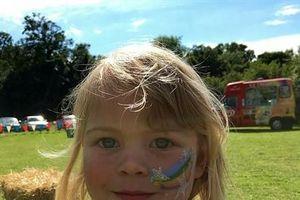Cậu bé 6 tuổi cạo đầu để gây quỹ giúp cô bạn thân chữa bệnh ung thư