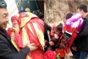 Đám cưới dung tục: Cô dâu bị dàn khách nam sờ mông, nhìn sang phù dâu còn kinh khủng hơn