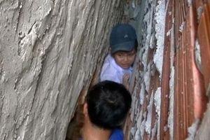 Giải cứu thành công bé trai kẹt giữa 2 tường nhà