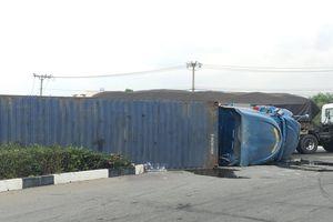 Xe container lật giữa ngã tư, 4 người trong gia đình mắc kẹt bên trong