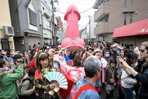 Đỏ mặt với lễ hội rước dương vật nổi tiếng Nhật Bản