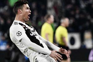 Ronaldo bị UEFA phạt vì màn ăn mừng phản cảm