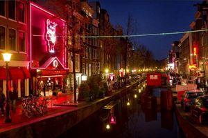 Amsterdam cấm khách đoàn tham quan phố đèn đỏ