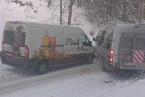 Hàng loạt ôtô đâm nhau trên đường tuyết trơn trượt