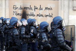 Pháp cho phép cảnh sát ngăn chặn và đối phó 'Áo vàng'