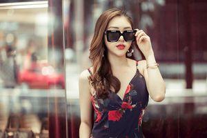 Hoa hậu Mai Tuyết Nhung xuất hiện rạng ngời trên đường phố Singapore