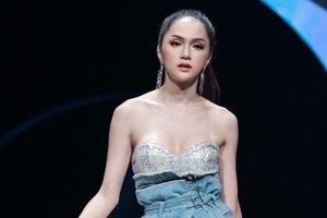Hoa hậu Hương Giang sải bước đầy quyến rũ trong BST Xuân - hè 2019