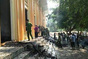 Công an nỗ lực dập lửa đám cháy ở nhà thờ Công giáo