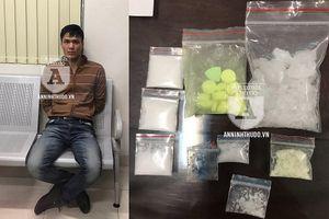 Đi bộ và đội mũ bảo hiểm, giấu ma túy trong 'chỗ khó ngờ' vẫn bị bắt