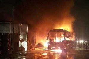 Xe khách giường nằm bốc cháy dữ dội, hàng chục hành khách hoảng loạn