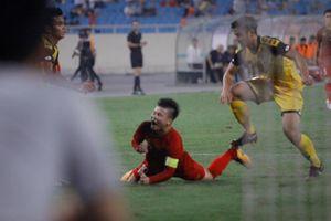 HLV Brunei sốc khi học trò nhận thẻ đỏ ở trận thua U23 Việt Nam