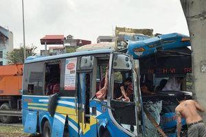 Tai nạn giao thông trên Quốc lộ 5: Xe khách đâm vào chân cầu, 11 người bị thương