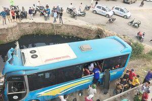 Xe khách đâm vào chân cầu, 10 người phải nhập viện